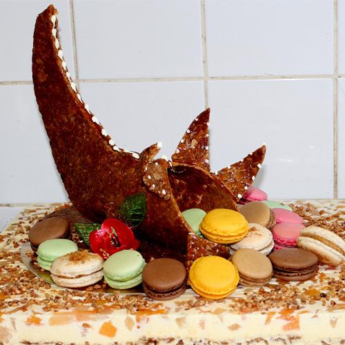 Dessert avec des fruits et macarons