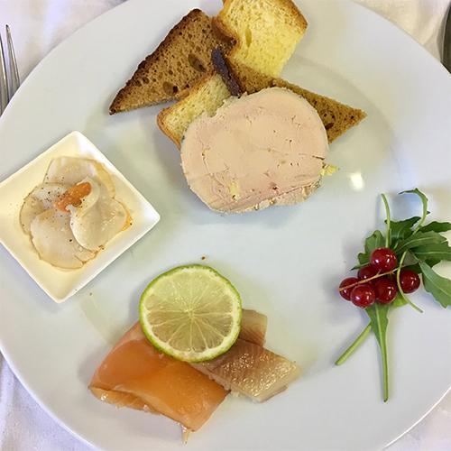 Entrée à base de foie gras et saumon